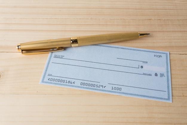 Cheque bancario con lupa