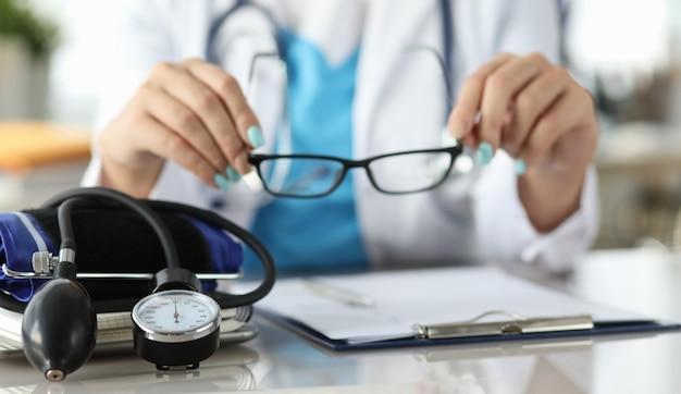 Chequeo de pacientes en clínica