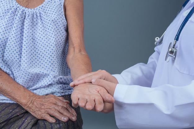 Chequeo de salud del anciano con joven enfermera.