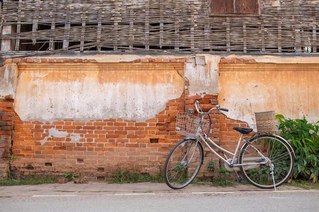 [chiang khan] bicicleta y casa antigua en chiang khan tailandia