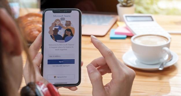 Chiang mai, tailandia - 11 de abril de 2020: un empleado que trabaja desde casa está descargando la plataforma social de microsoft teams, lista para trabajar a distancia en forma aislada desde casa