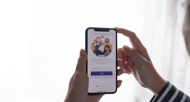 Chiang mai, tailandia - 17 de enero de 2021: un empleado que trabaja desde casa está descargando la plataforma social de microsoft teams, lista para trabajar a distancia en forma aislada de su hogar