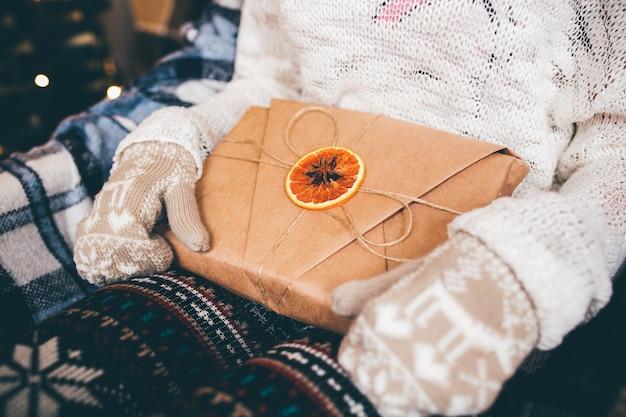 Chica abre un maravilloso regalo vintage