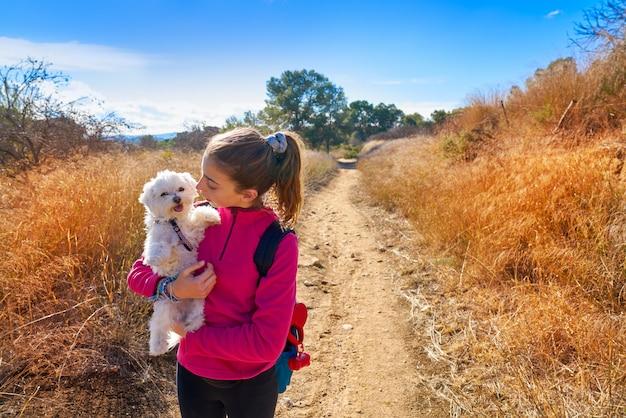 Chica adolescente abrazo maltichon al aire libre