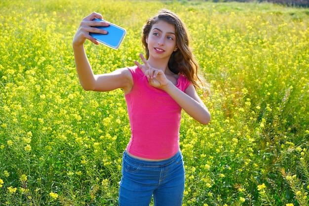 Chica adolescente autofoto video foto primavera prado