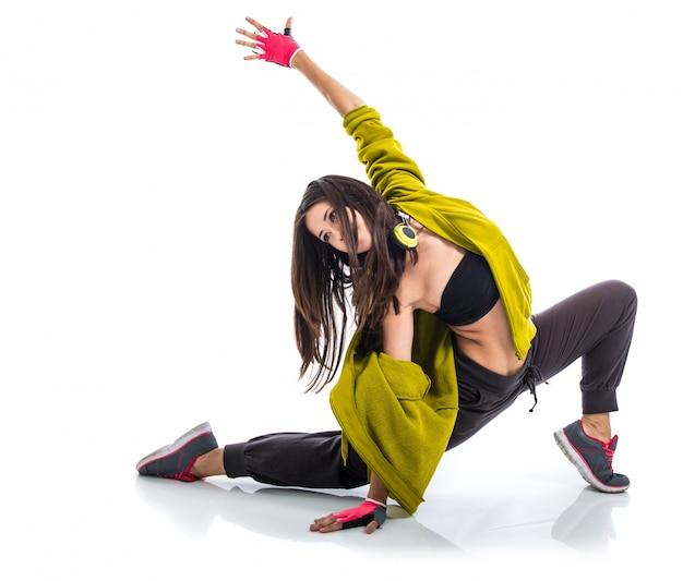 Chica adolescente bailando estilo de baile callejero