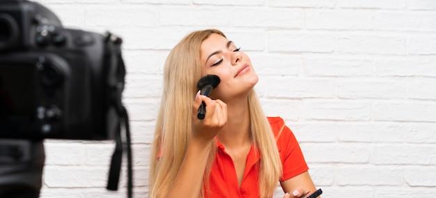 Chica adolescente blogger grabando un video tutorial.