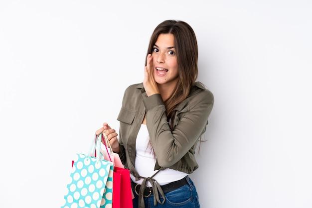 Chica adolescente con bolsa de compras susurrando algo