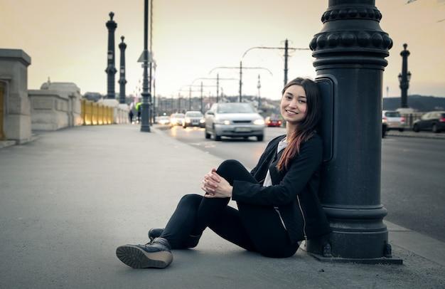 Chica adolescente en la ciudad