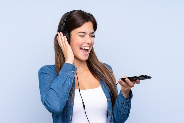 Chica adolescente escuchando música y cantando