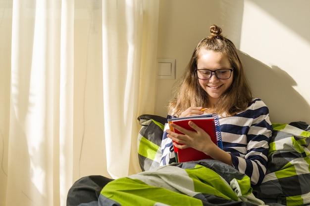 Chica adolescente estudia en casa