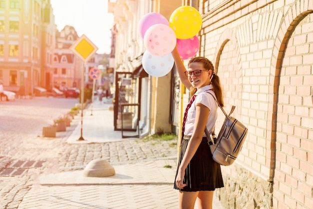 Chica adolescente estudiante de secundaria con globos
