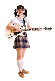 Chica adolescente con una guitarra eléctrica