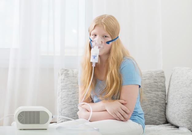 Chica adolescente haciendo inhalación interior