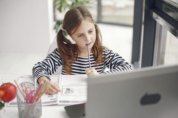 Chica adolescente mirando portátil. niños en el período de aislamiento de cuarentena durante la pandemia. educación en casa. distanciamiento social. prueba escolar en línea.