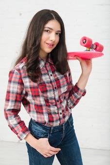 Chica adolescente con monopatín