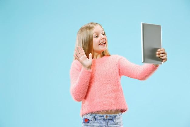 Chica adolescente con ordenador portátil.