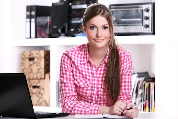 Chica adolescente peinado en el hogar