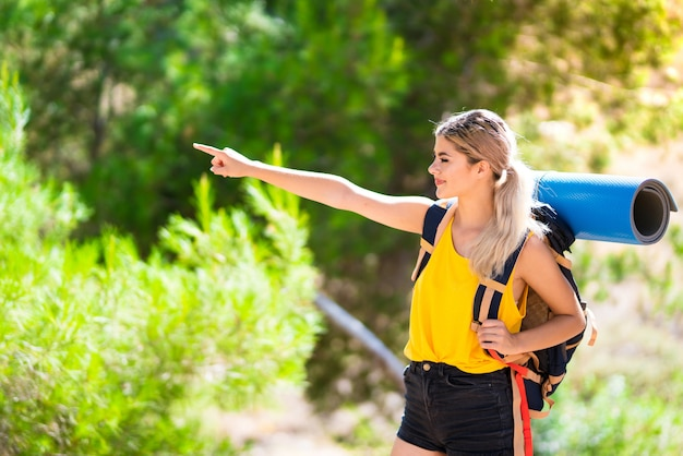 Chica adolescente senderismo al aire libre