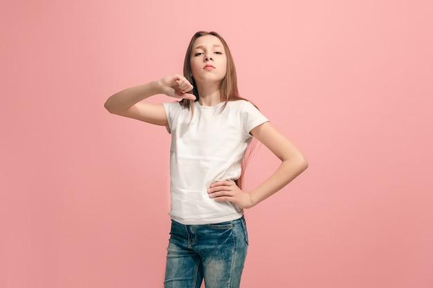Chica adolescente seria, triste, dudosa, orgullosa de pie. las emociones humanas, el concepto de expresión facial.