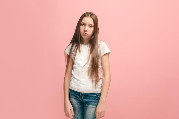 Chica adolescente seria, triste, dudosa y pensativa atanding en. las emociones humanas, el concepto de expresión facial.