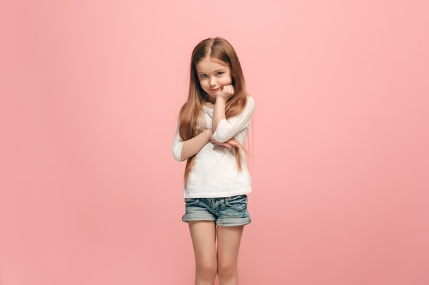Chica adolescente seria, triste, dudosa y pensativa atanding en el estudio. las emociones humanas, el concepto de expresión facial.