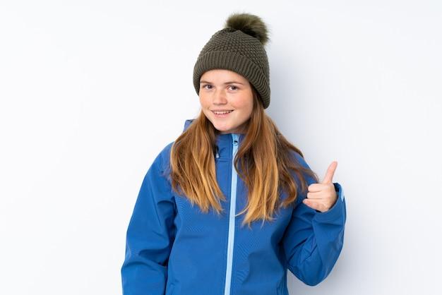 Chica adolescente con sombrero de invierno haciendo gesto de teléfono