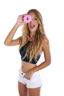 Chica adolescente sosteniendo donuts gafas en sus ojos