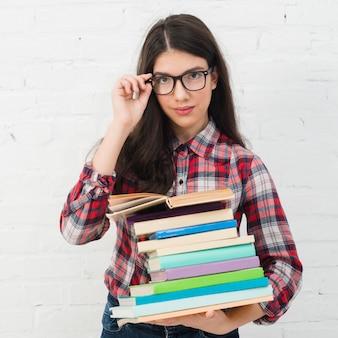 Chica adolescente sosteniendo libros
