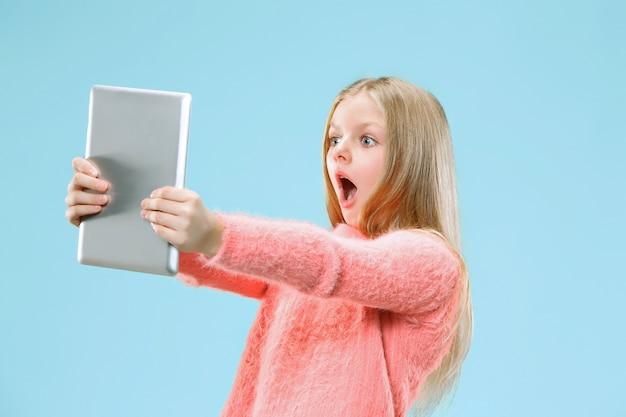 Chica adolescente con tableta