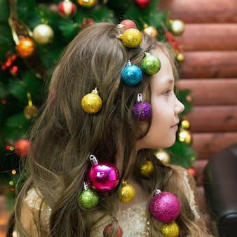 Chica con adornos navideños en la cabeza.