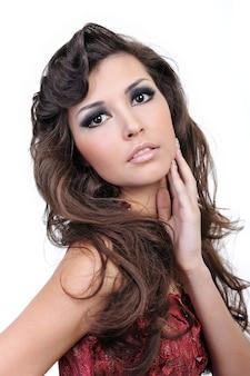 Chica adulta bonita con peinado rizado de belleza - aislado en blanco