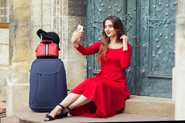 Chica adulta joven viajero hermoso está tomando selfie al aire libre.