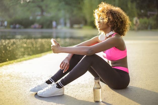 Chica afro en forma deportiva