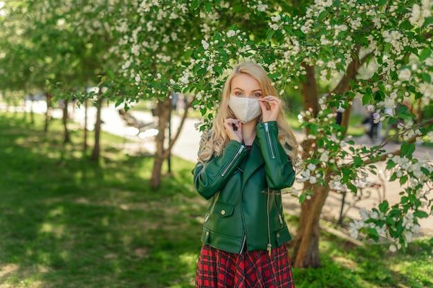 Chica ajusta la mascarilla para una mejor protección contra virus