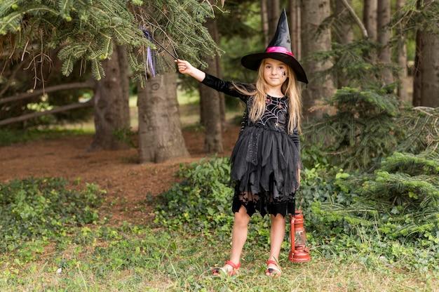 Chica al aire libre con disfraz de halloween
