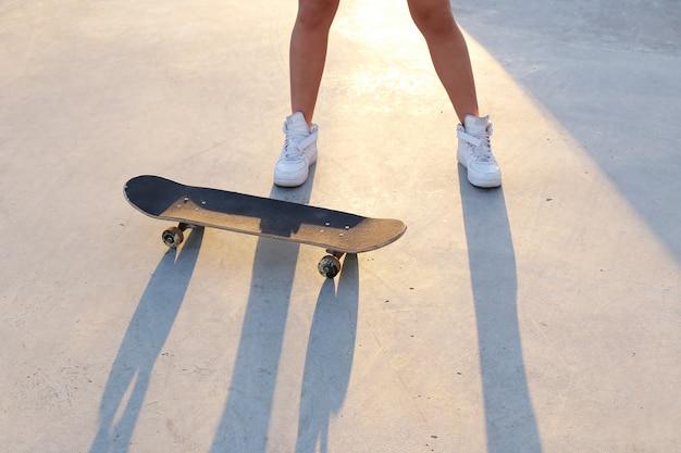 Chica al aire libre con una patineta