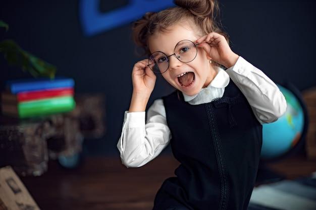Chica alegre ajustando gafas y sonriendo