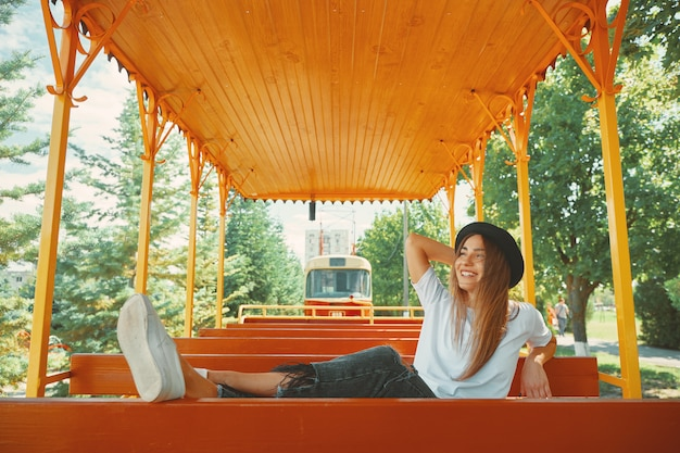 Chica alegre disfrutando de jorney