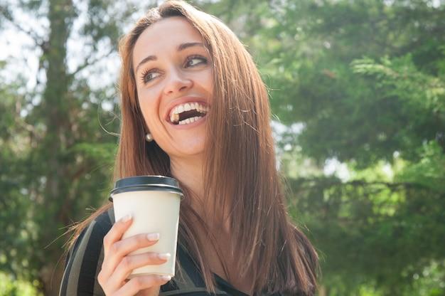 Chica alegre feliz caminando en el parque