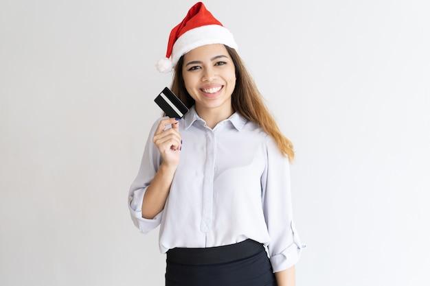 Chica alegre lista para las compras navideñas