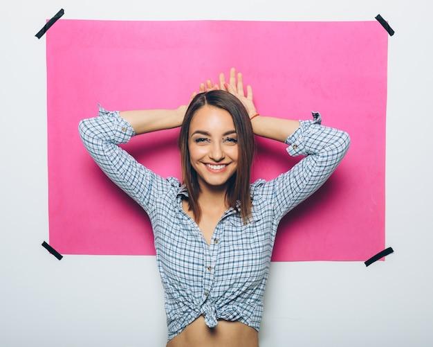 Chica alegre posando en la cámara