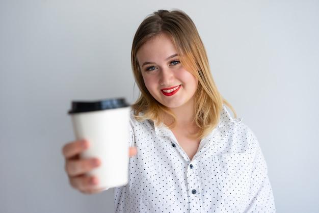 Chica alegre que ofrece cafe