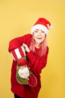 Chica anticipada con traje rojo de santa _