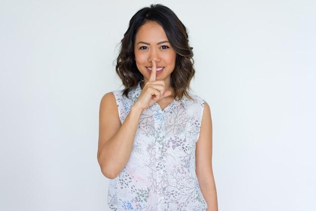 Chica asiática alegre mantener secreto