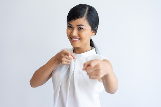 Chica asiática alegre que te elige