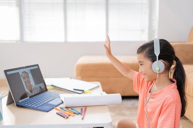 Chica asiática estudiando en línea con su maestro saludo