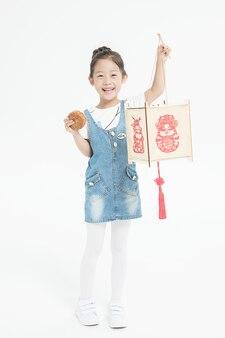 Chica asiática con linterna y pastel de luna