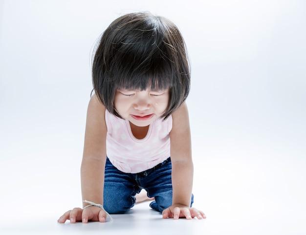 Chica asiática llorando aislar