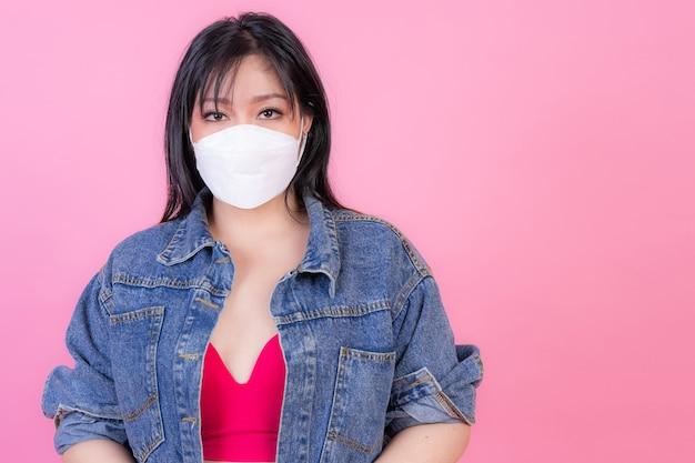 Chica asiática con mascarilla protectora para protección durante la cuarentena
